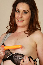 34 Year Old Tammy Wilcox Makes Utilize of Her Orange Vibrator Here
