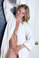 Handsome 30 Yea Old Lara Elaine from Onlyover30 Takes a Erotic Bathtub