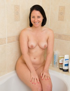 39 Year Old Amber L Receives Undressed and Has a Hot Pee in the Tub
