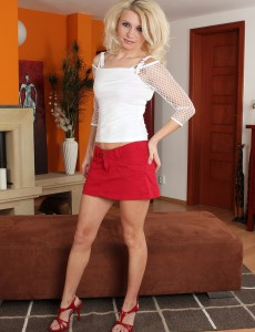 Smokin' Hot Golden-haired Selina from  Onlyover30 Bares Her Older Skin