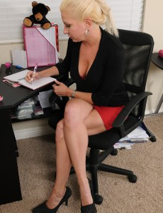 32 Year Old Steno Jessica Taylor Gets  Nude and Gropes Snatch